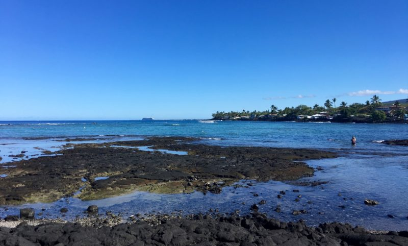 Kahaluu bay, people snorkeling