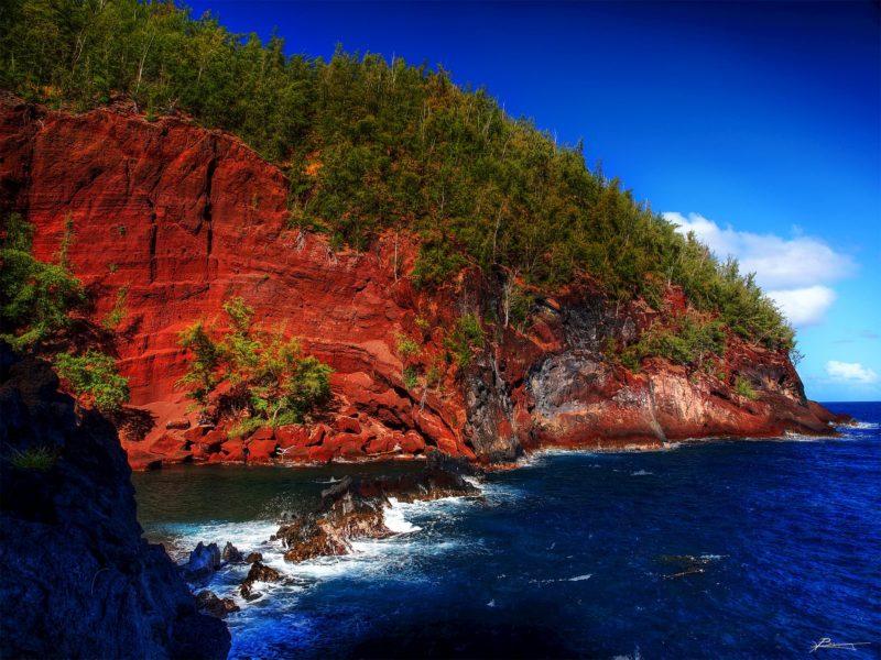 Kaihalulu (red sand) beach