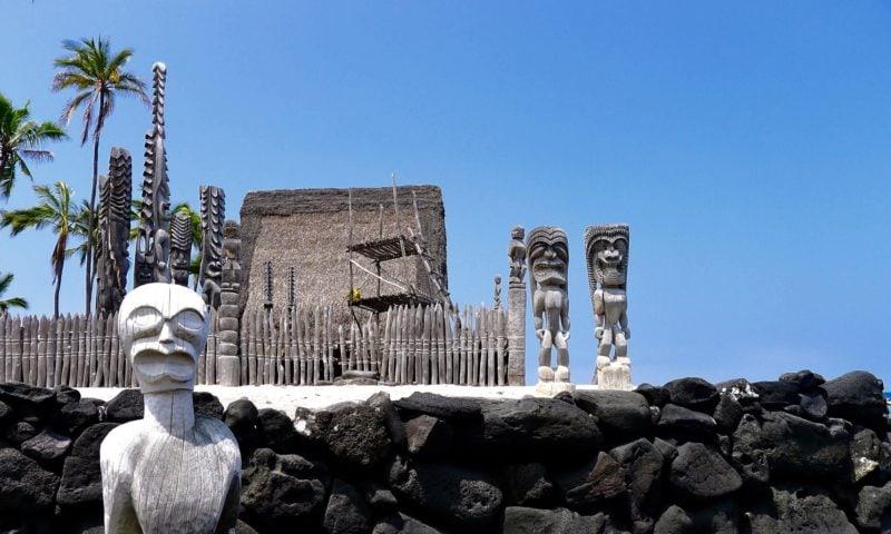 Ki'i statues next to Hale o keawe